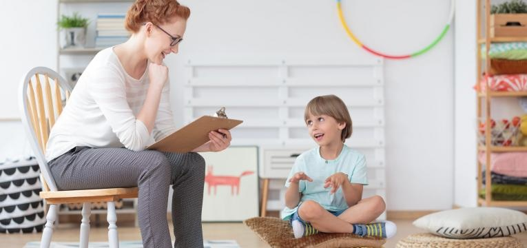 dificuldade de aprendizagem psicologa e menino