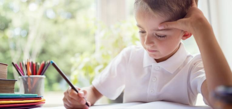 dificuldade de aprendizagem menino a escrever