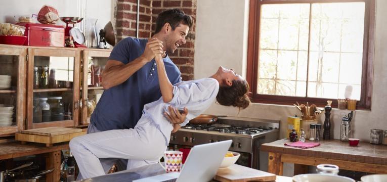 musica pode ser o segredo para mais sexo casal a dancar