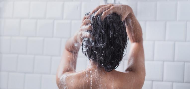 tomar banho de agua fria