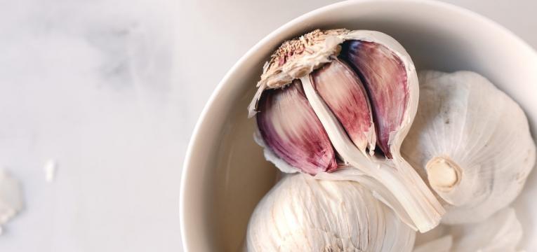 alimentos que causam inchaço abdominal: alho