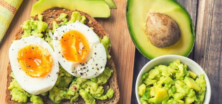 pequenos almocos simples tostas de abacate e ovo cozido