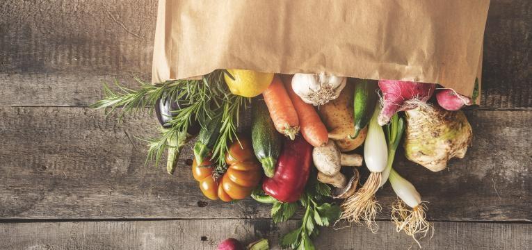 alimentos ricos em polifenois saco com legumes