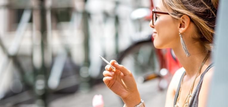 mulher a fumar na varanda espirros reversos em caes