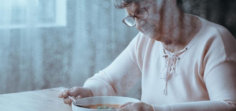 alimentacao e alzheimer idosa com alzheimer a comer