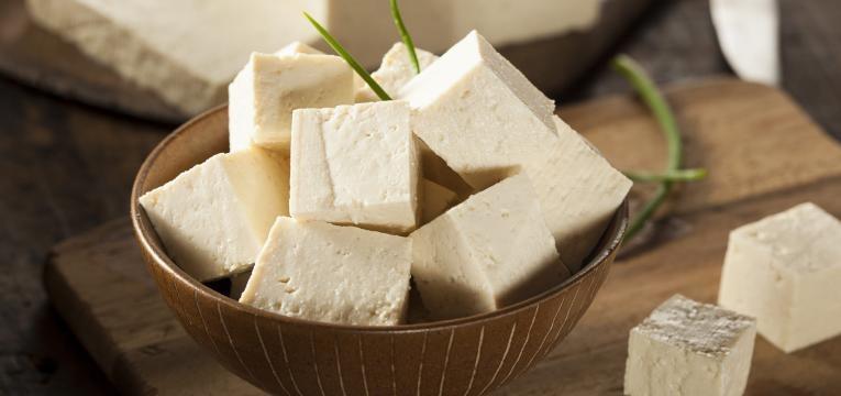 alimentacao e tiroide tofu numa tigela