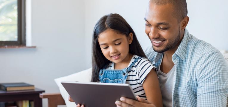 como apresentar um novo companheiro aos filhos homem a ler livro a menina