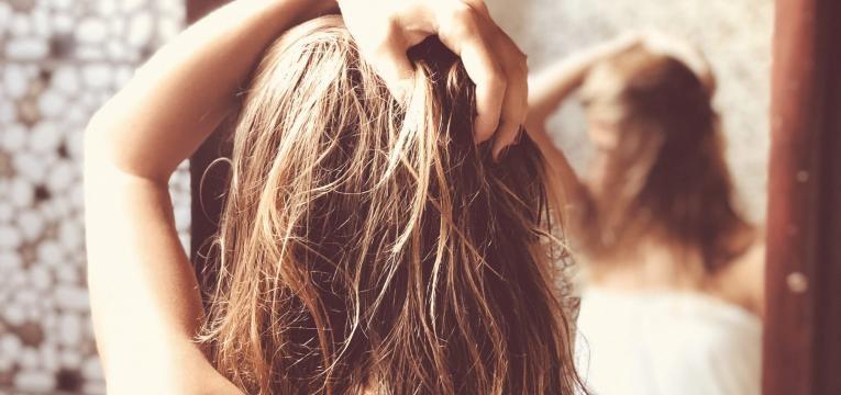 cabelo oleoso mexer no cabelo