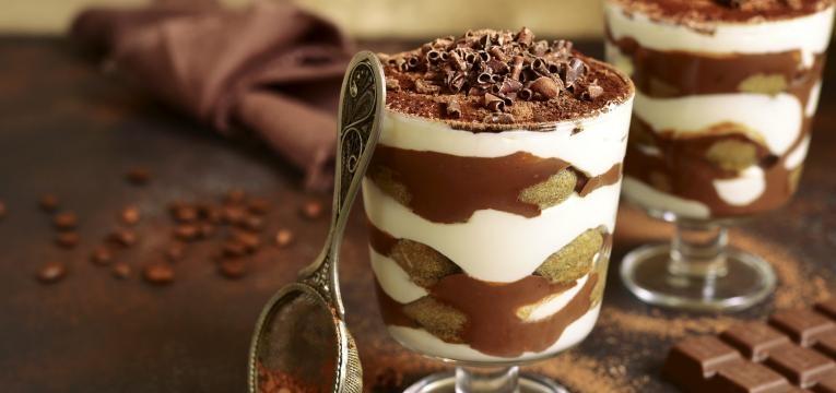 parfait de chocolate com frutos vermelhos e bolachas de amendoas
