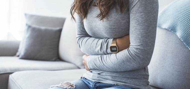 alimentacao na doenca de Crohn mulher com dores abdominais