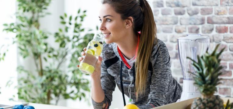 mitos sobre alimentacao desportiva mulher a beber agua aromatizada
