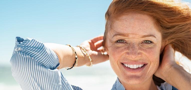cuidados de pele no verao mulher com sardas