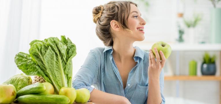 cuidados de pele no verao mulher a comer fruta