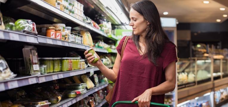dieta com resultados mulher a ler rotulo