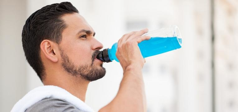 importancia dos eletrolitos atleta a beber bebida isotonica