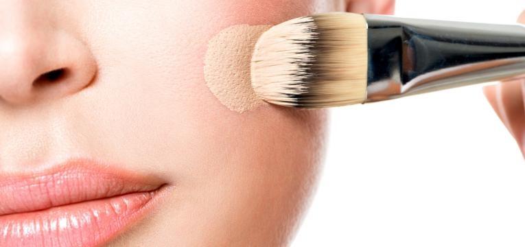 diferencas entre bb cream e cc cream mulher a aplicar bb cream