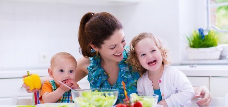 baby led weaning mae com filhos a comerem