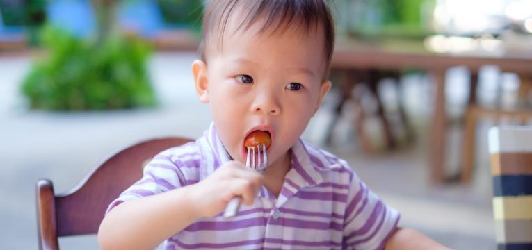 alimentos perigosos ate aos 4 anos de idade menino a comer tomate cherry