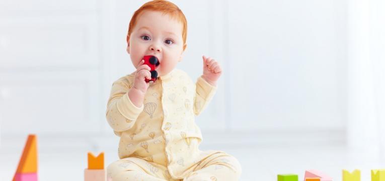 alimentos perigosos ate aos 4 anos de idade bebe com brinquedo na boca