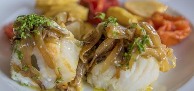 bacalhau desfiado com cebolada ao forno
