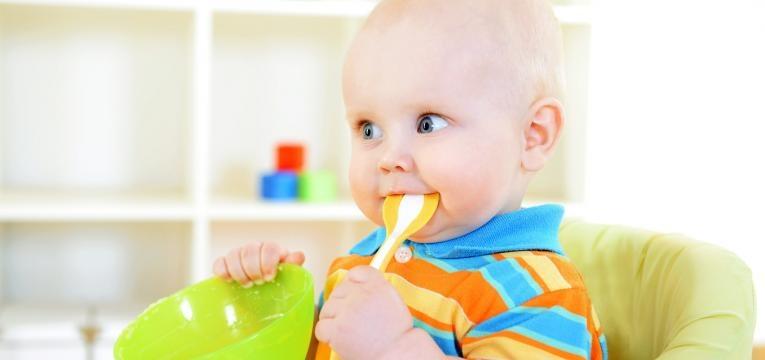 alimentacao do bebe de 8 meses bebe com colher na boca