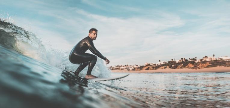 desportos com prancha homem em cima da prancha de surf