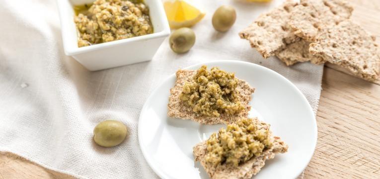 tapenade de azeitonas com noz e molho de soja