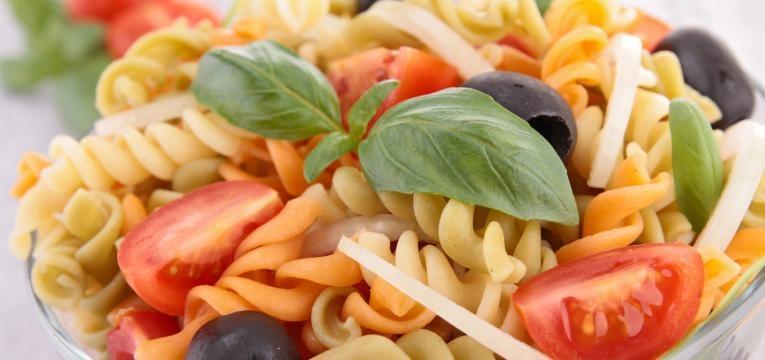 receitas simples para levar para o trabalho salada de massa com legumes e pesto de iogurte
