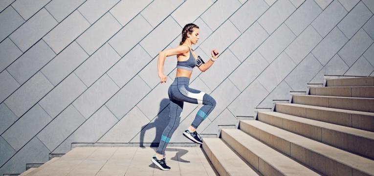 Mulher numa sessão de treino cardiovascular