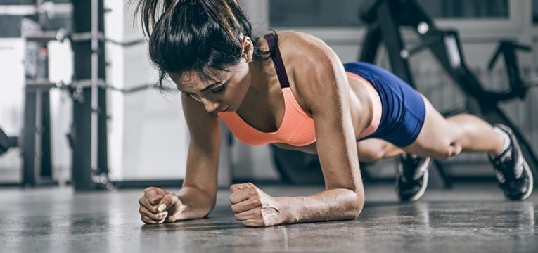 mulher em prancha: abdominais para perder barriga
