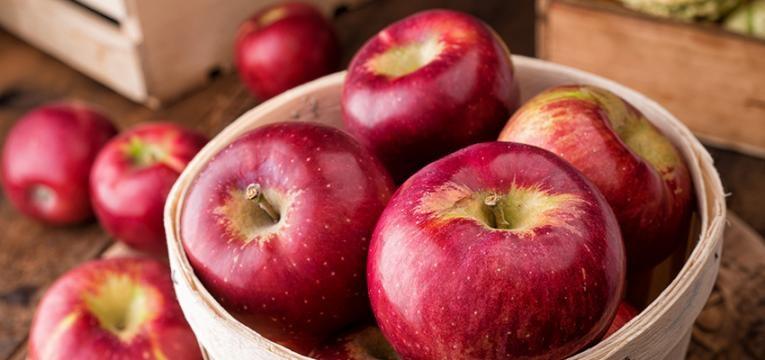 alimentos que causam inchaço abdominal: maça