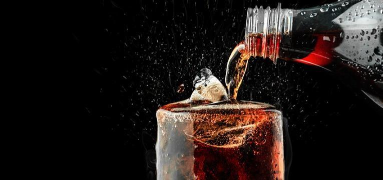 alimentos que causam inchaço abdominal: bebidas com gás