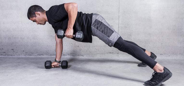 exercicios para queimar gordura renegade row com halteres