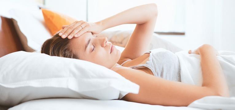 Mulher a sentir as alterações hormonais do pós-parto