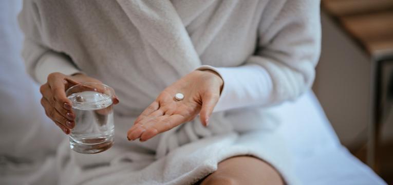Mulher a tomar medicação para a doença bipolar