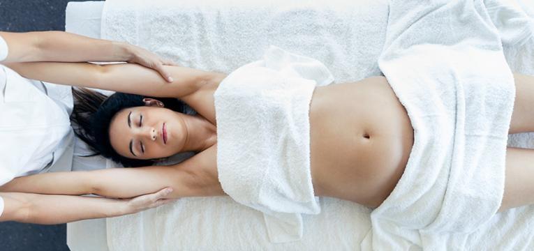 Mulher a fazer tratamentos após o parto