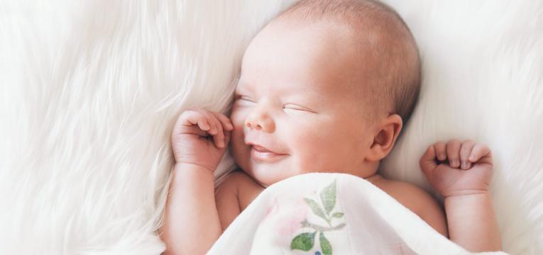 sorriso nos recem nascidos bebe a sorrir