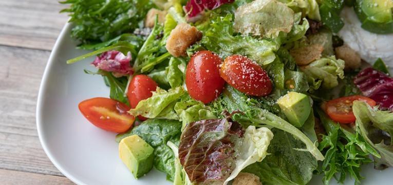 Receita de molho césar vegetariano com salada