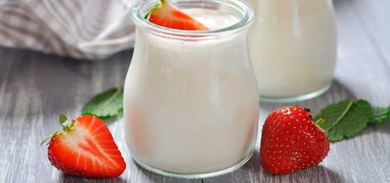 iogurte natural com um morango