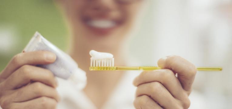 escovar os dentes e tártaro
