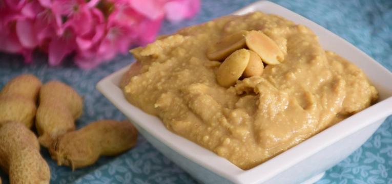 manteiga de amendoim e palitos de cenoura