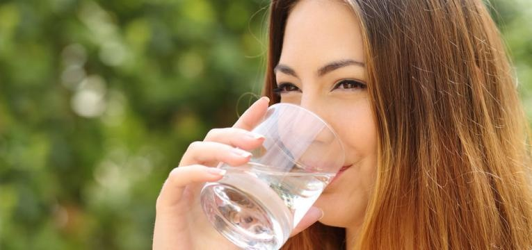 beber bastante agua