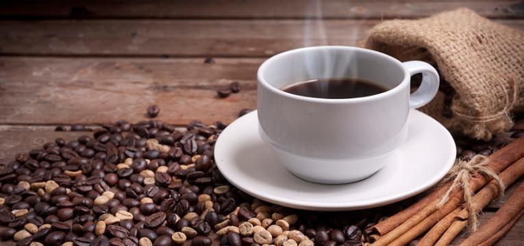 chavena de cafe com canela alimentos que aumetam a produtividade no trabalho