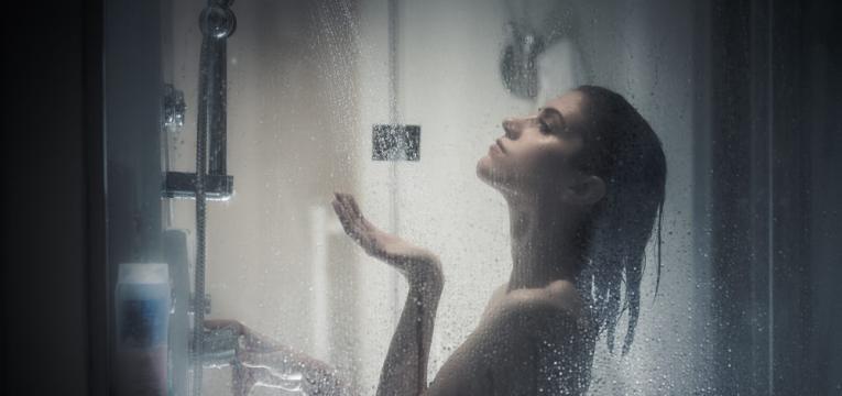 banho de chuveiro de agua fria