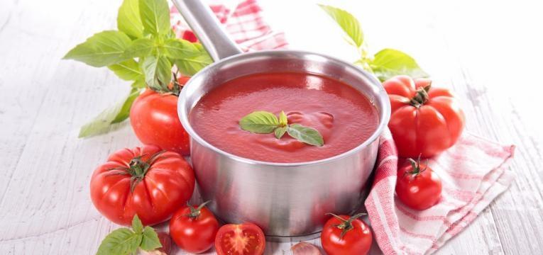 Molho de tomate caseiro com manjericao
