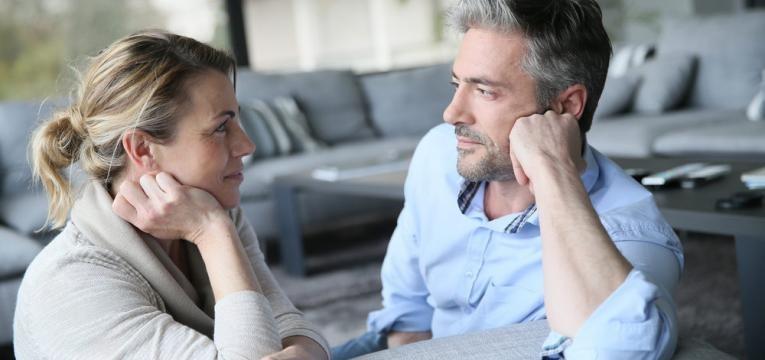 homem e mulher a comecar uma relacao amorosa