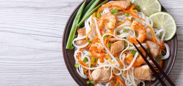 Noodles de arroz com camaroes, espargos e cogumelos