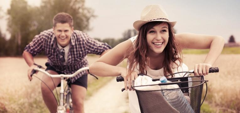 fugir a rotina e casal feliz