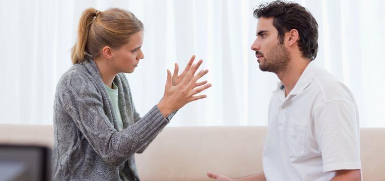 mulher a discutir com marido