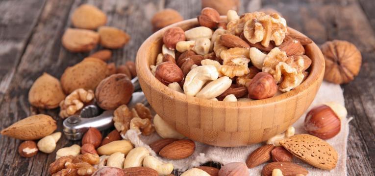 frutos secos em taca de madeira